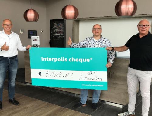 Dikke cheque van Interpolis voor Stichting Collectieve Beveiliging Bedrijfsterreinen in Leusden